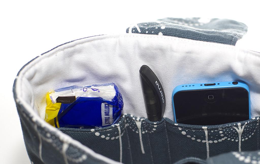 Taschenorganizer_blau_gefüllt_Handy_Stift